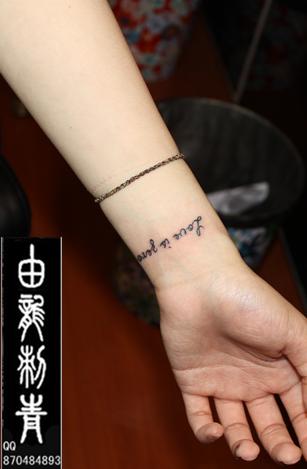 女生后背纹身英文字母图片