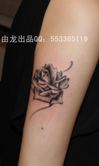 手背上的水滴黑玫瑰纹身图图片
