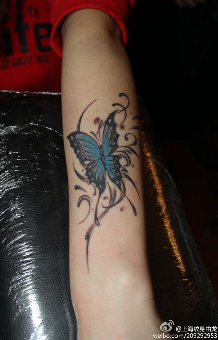 女生手臂蝴蝶纹身图片