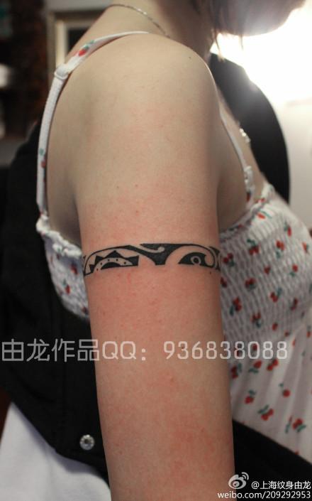 女生臂环纹身